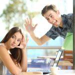 Cara Menghibur Pacar yang Sedang Bete untuk Hubungan yang Harmonis