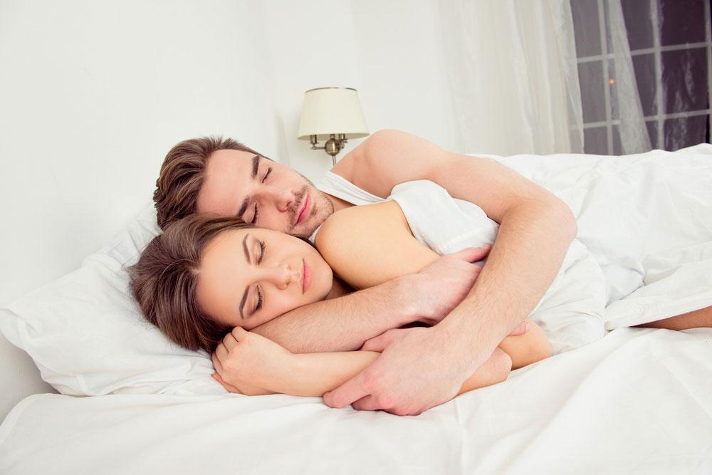 posisi tidur pasangan yang romantis